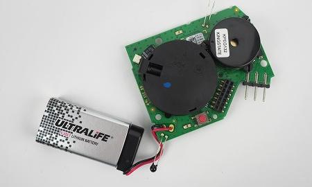 Mit der Platine verbundene 9V Lithium Block-Batterie im Gira Dual Q