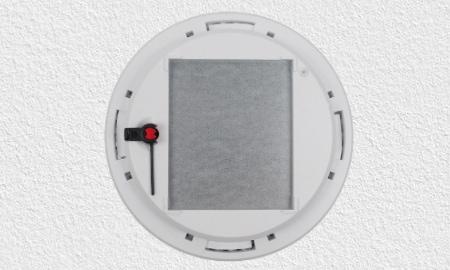 Abus RWM250 Montage - Rauchmelder mit Aussparung für Magnetklebepad..