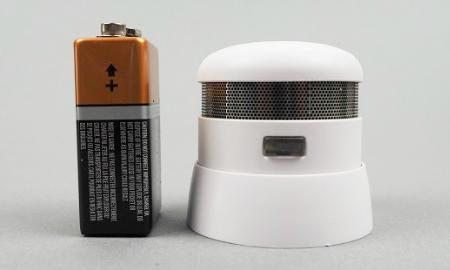 Größenvergleich zwischen dem Cavius Mini und einer 9V Blockbatterie