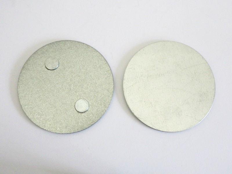 Montageelemente der Smartwares Magnethalter (Links: Sockel / Rechts: Decke)