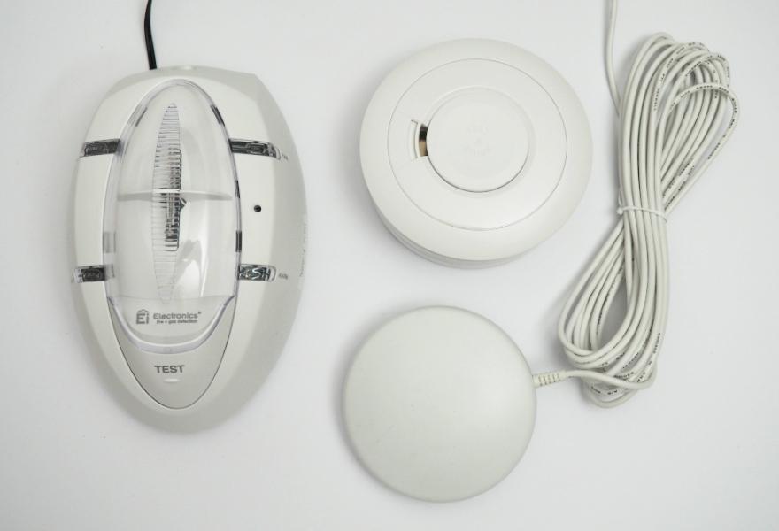 Rauchmelder für Gehörlose mit Stroboskop und Rüttelkissen