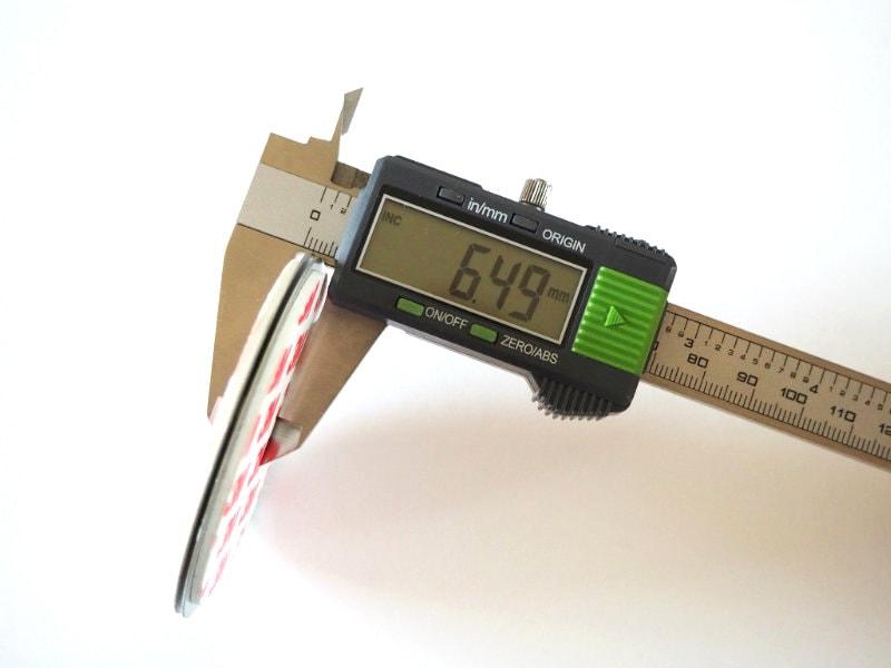 Dicke der Mumbi Magnetbefestigung (Sockel- und Deckenelemente zusammen): 6,49mm
