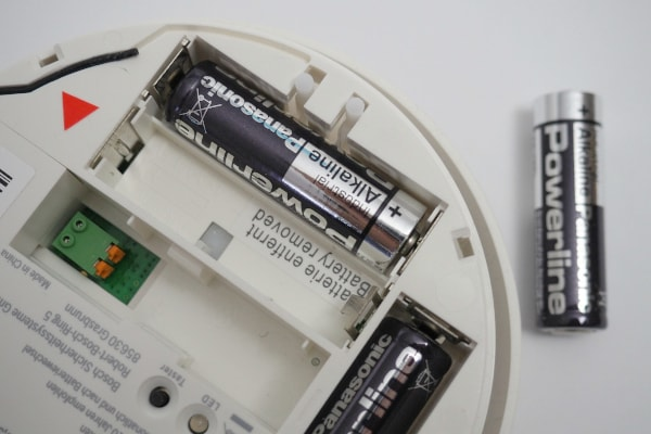 Rauchmelder mit 1,5V Batterien ausschalten